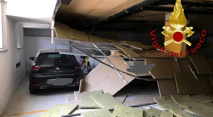 Controsoffitto crolla sulle auto posteggiate a Como